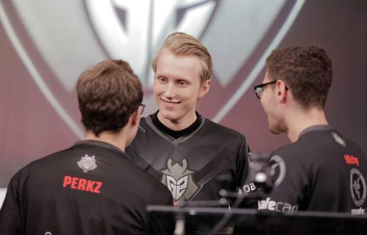 Zven freut sich mit seinen Team-Kollegen von G2 über den ersten Platz in der Regular Season