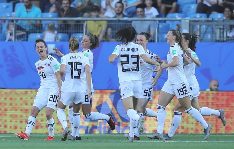 Die deutsche Frauen-Nationalmannschaft gewinnt mit 4:0 gegen Südafrika und zieht als Gruppenerster ins Achtelfinale der WM ein. Vor allem in der Luft überzeugten die DFB-Damen und konnten dabei immer wieder kreative Akzente setzen. Drei Spielerinnen bekommen fast die Bestnote - Die SPORT1-Einzelkritik