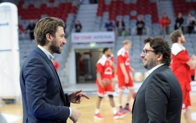 Andrea Trinchieri (r.) soll bei den Bayern um Geschäftsführer Marko Pesic (l.) ein Kandidat sein