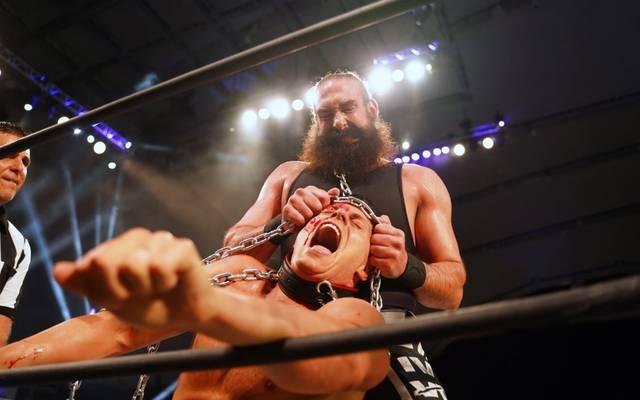 """Mr. Brodie Lee (oben) und Cody Rhodes lieferten sich bei AEW Dynamite ein brutales """"Dog Collar Match"""""""