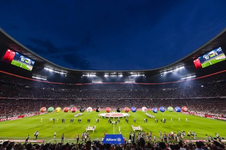 Es ist so weit, die fußballfreie Zeit hat ein Ende: Endlich geht die Bundesliga wieder los! Mit der Partie des Deutschen Meisters FC Bayern gegen Hertha BSC geht die Liga in ihre insgesamt 57. Spielzeit, die Fans aus ganz Deutschland werden am Freitagabend Richtung Münchner Allianz Arena blicken