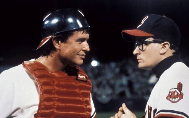 """Charlie Sheen (r.) und Tom Berenger im Film """"Die Indianer von Cleveland"""""""