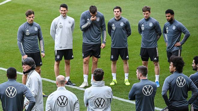 Jonas Hofmann am Mittwoch beim Abschlusstraining des DFB zwischen den Bayern-Stars Niklas Süle und Joshua Kimmich