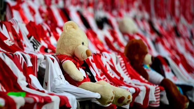 Ein Teddybär auf der Tribüne des Rheinenergiestadions beim 1:2 des 1. FC Köln gegen Union Berlin