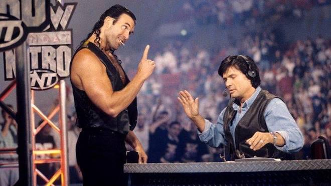 Eric Bischoff (r.) bei der legendären Invasion der WCW durch Scott Hall