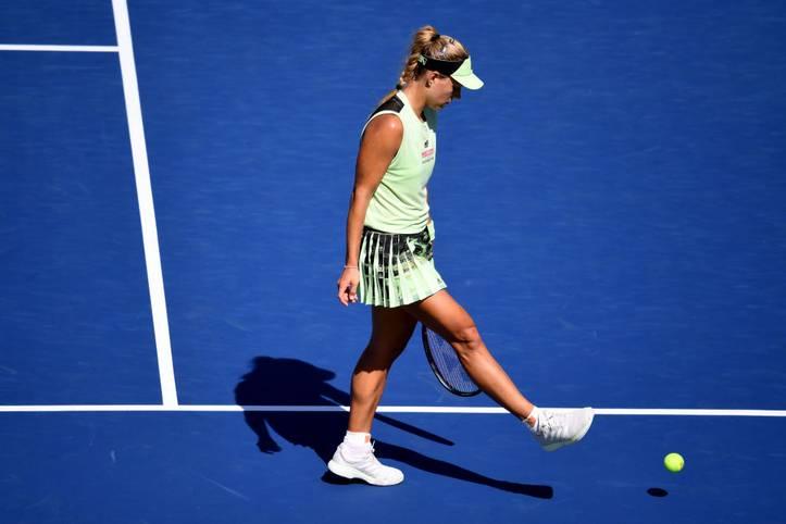Mit ihrem Aus in der ersten Runde der US Open 2019 hat Angelique Kerber einen neuen Tiefpunkt in ihrer Karriere erreicht. Sie verliert in drei Sätzen (5:7, 6:0, 4:6) gegen die Französin Kristina Mladenovic