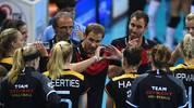 Felix Koslowski (M.) tritt mit Deutschlands Volleyballerinnen gegen Russland an