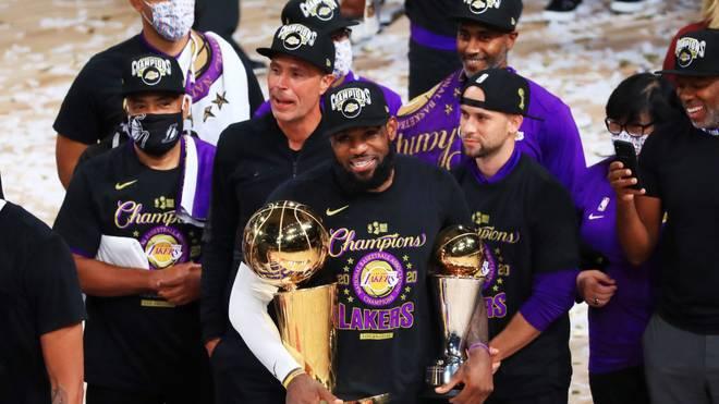 LeBron James präsentiert die Triophäen für den Champion und den MVP