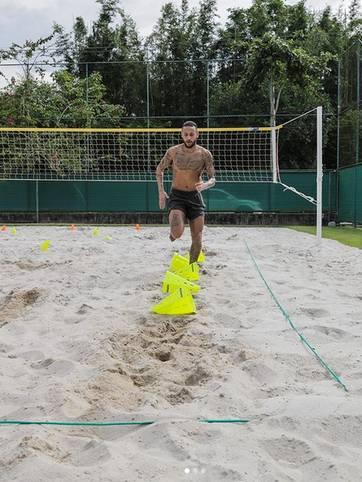 Die Coronakrise bremst auch die Sportler auch - doch wie nutzen die ihre unverhoffte Freizeit? Superstar Neymar jedenfalls hält sich während der Zwangspause in der brasilianischen Heimat auf dem eigenen Beachvolleyballplatz fit. SPORT1 zeigt, was die Stars während der Corona-Pause machen