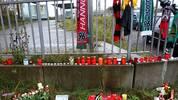 An der Unglücksstelle verliehen die Fans ihrer Trauer Ausdruck. Trikots, Schals, Stofftiere, Blumen: Die Formen der Trauer waren vielseitig
