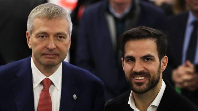 Dmitri Rybolovlev (l., mit Cesc Fabregas) zieht beim AS Monaco die Fäden