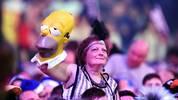Verrückt und famos zugleich: Diese Dame trägt ihr hübschestes Dress von anno dazumal - und Homer Simpsons Kopf auf der Hand