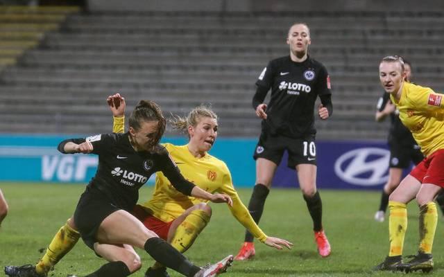Lara Prasnikar (l.) rettete Eintracht Frankfurt zumindest einen Punkt