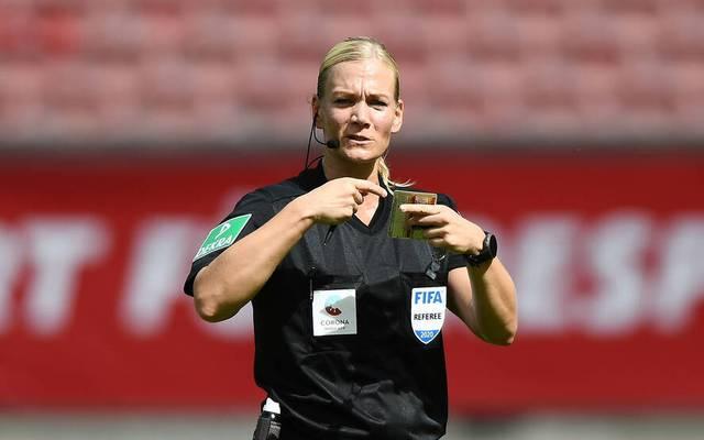 Bibiana Steinhaus wurde zur ersten Frau, die im deutschen Profifußball Spiele im Männerbereich pfeift