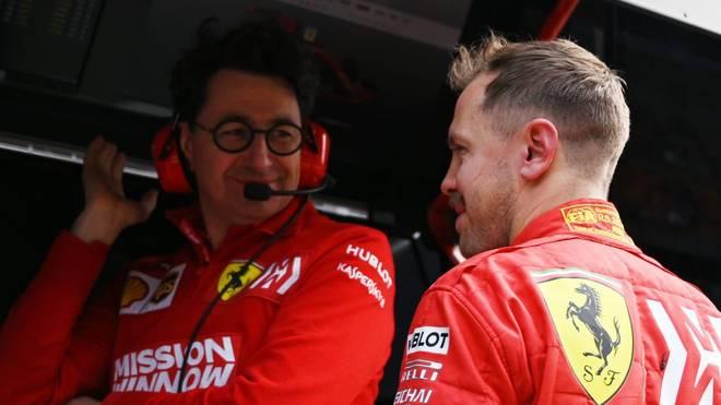 Ferraris Teamchef Mattia Binotto (l., hier mit Sebastian Vettel) macht sich in Coronazeiten Gedanken über das Saisonende in der Formel 1
