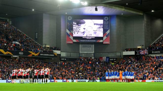 Schweigeminute vor dem Spiel der Glasgow Rangers gegen Feyenoord Rotterdam für Fernando Ricksen