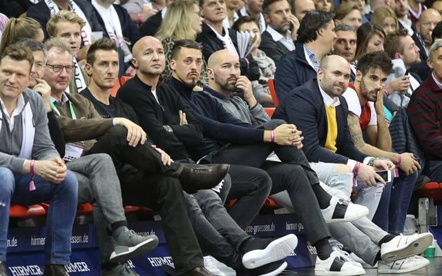 Sandro Wagner (6.v.l.) war am Mittwochabend als Zuschauer bei den Basketballern des FC Bayern