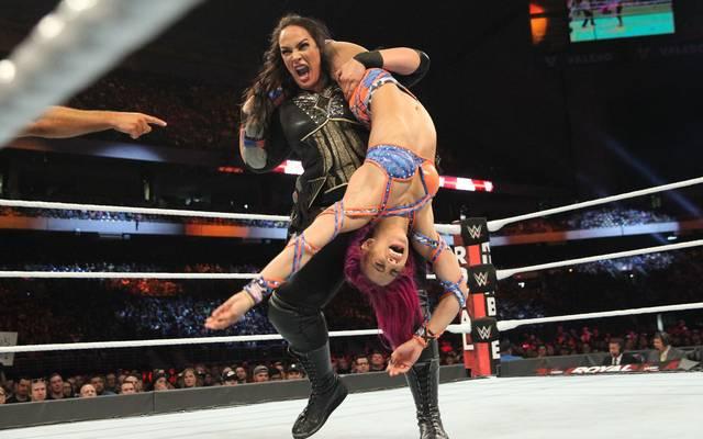WWE-Star Nia Jax wirbelt ihre Rivalin Sasha Banks durch die Luft