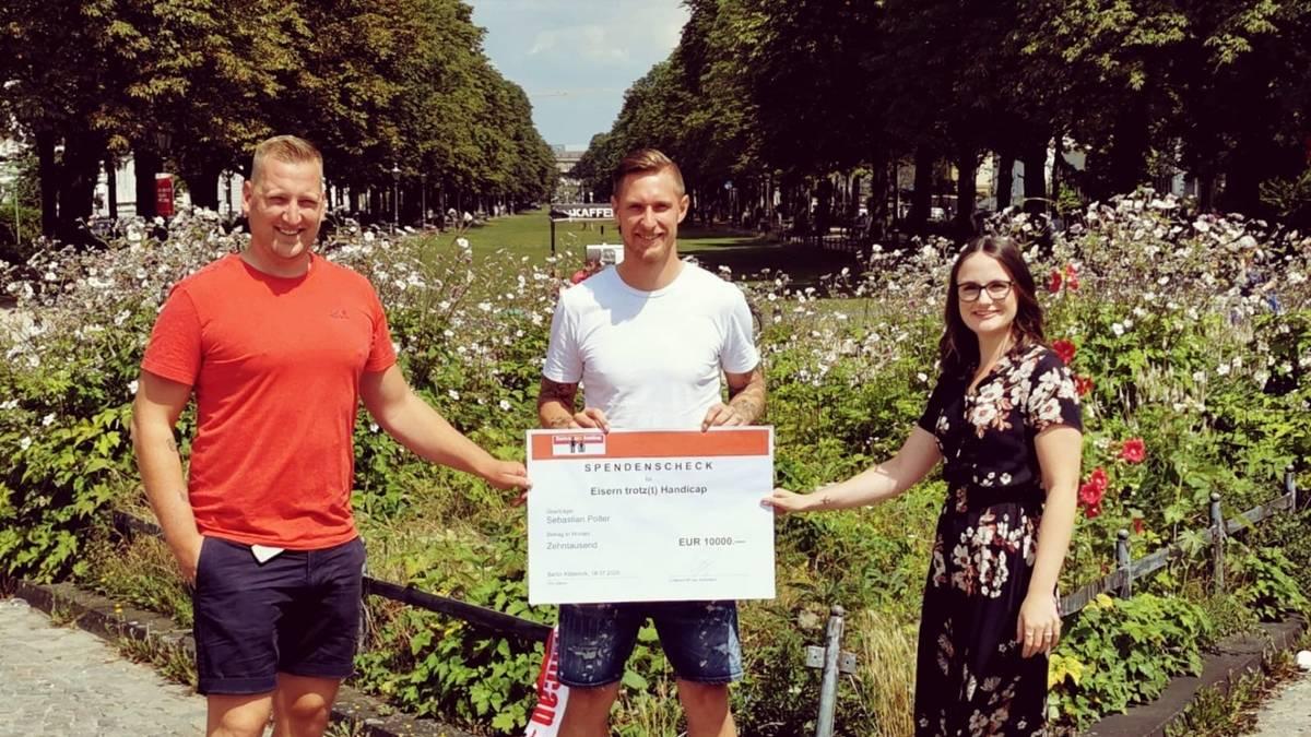 """Sebastian Polter (Mi.) unterstützt die Aktion """"Eisern trotz(t) Handicap"""""""