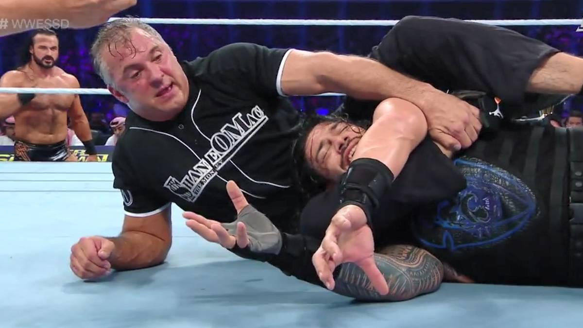 Roman Reigns (r.) muss sich in Dschidda mit Shane McMahon auseinandersetzen