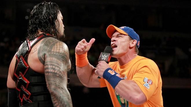 John Cena (r.) zerlegte Roman Reigns am WWE-Mikrofon