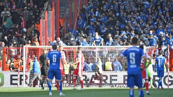 Randalierende Fans des 1. FC Magdeburg provozierten in Berlin eine Spielunterbrechung