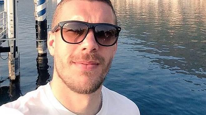 1, 2, 3: Gute Laune! Lukas Podolski genießt die trainingsfreie Zeit.
