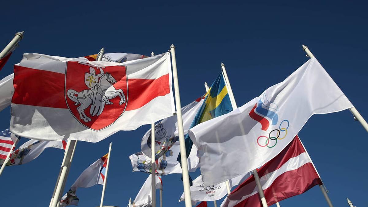 In Riga weht nun die Flagge der belarussischen Opposition (l.)