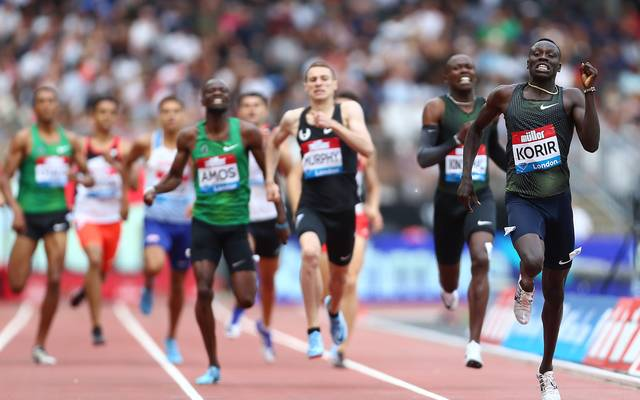 Emmanuel Korir (r.) ließ die Konkurrenten in London hinter sich