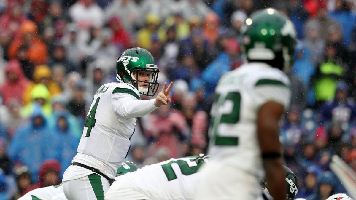 ORCHARD PARK, NEW YORK - DECEMBER 29: Sam Darnold #14 of the New York Jets signals during the first quarter of an NFL game against the Buffalo Bills at New Era Field on December 29, 2019 in Orchard Park, New York. (Photo by Bryan M. Bennett/Getty Images)