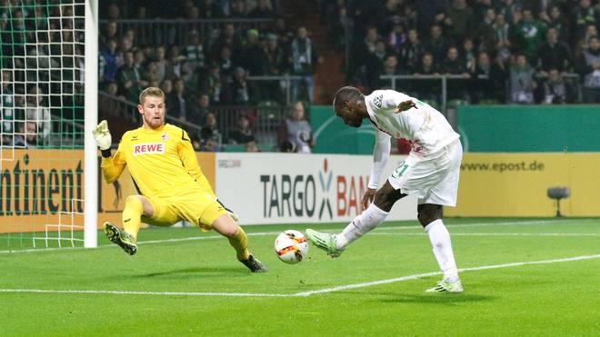 Anthony Ujah von Werder Bremen trifft gegen Timo Horn vom 1. FC Köln