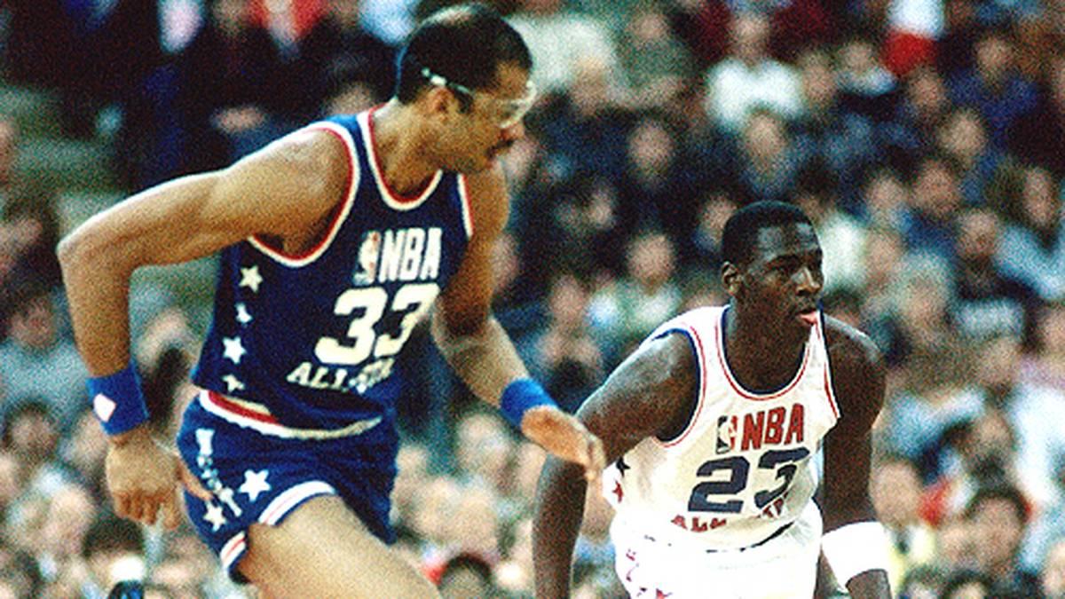 Als Rookie wird der Jungspund sofort als Starter zum All-Star Game eingeladen. Was heute fast schon normal ist, schlägt 1985 hohe Wellen. Die Routiniers der Eastern Conference um Detroits Isiah Thomas zeigen ihm die kalte Schulter. So muss es Michael allein mit Kareem Abdul-Jabbar (l.) aufnehmen.