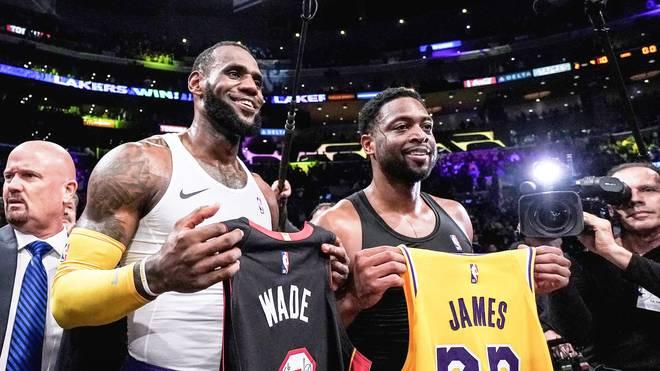 LeBron James und Dewayne Wade mit ihren Trikots