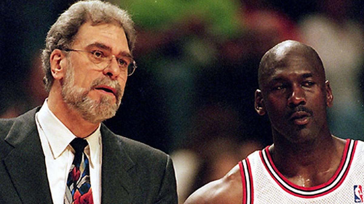 """Wenige Monate später übernimmt Trainer Phil Jackson (l.) das Team und führt seine """"Triangle-Offense"""" mit Jordan als Mittelpunkt ein."""