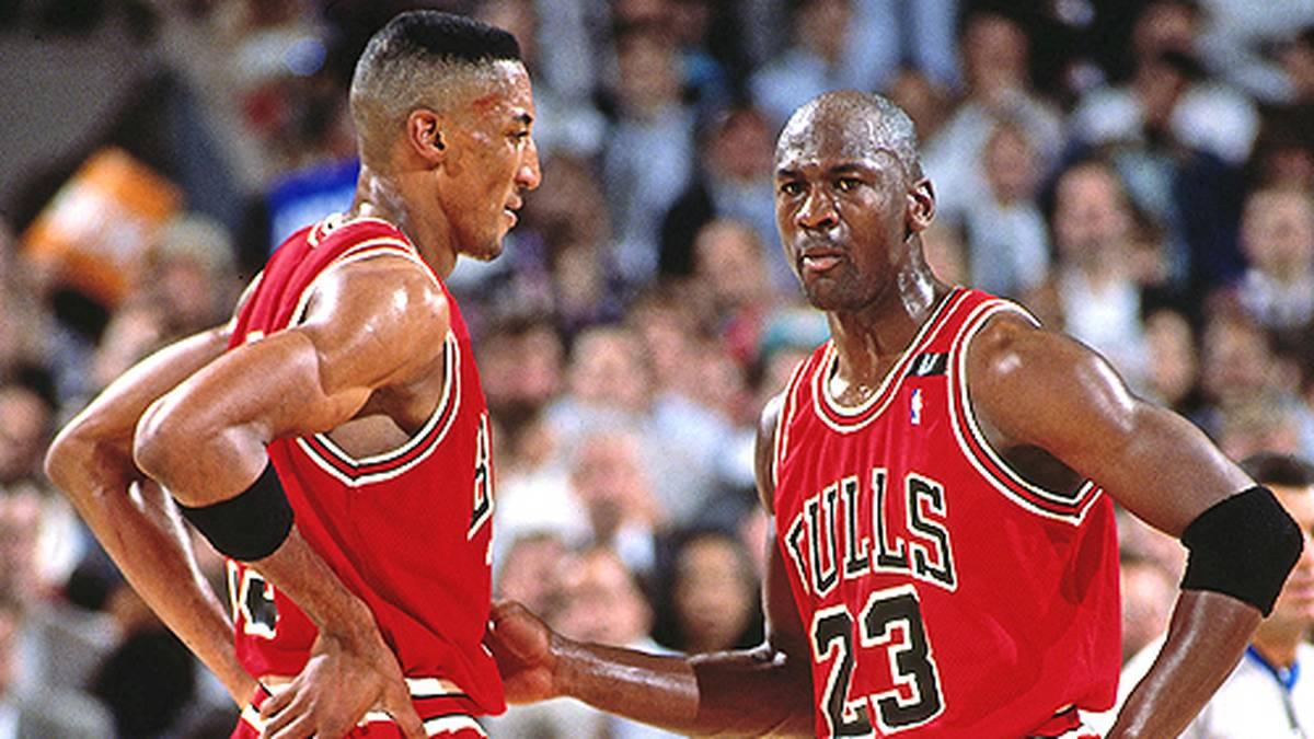 """Im System des späteren """"Zen-Meisters"""" realisiert Jordan, dass er seine Mitspieler besser machen muss. Scottie Pippen (l.) oder Horace Grant machen dank ihres Superstars einen Leistungssprung."""
