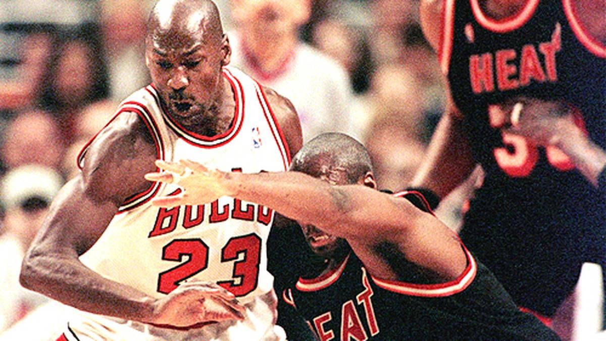 """Von seiner Brillanz im Angriff wird die Extraklasse in der Verteidigung überdeckt. """"MJ"""" wird 1988 zum besten Abwehrspieler gewählt, holt sich dreimal die meisten Steals einer NBA-Saison und steht neunmal im All-Defensive First Team."""