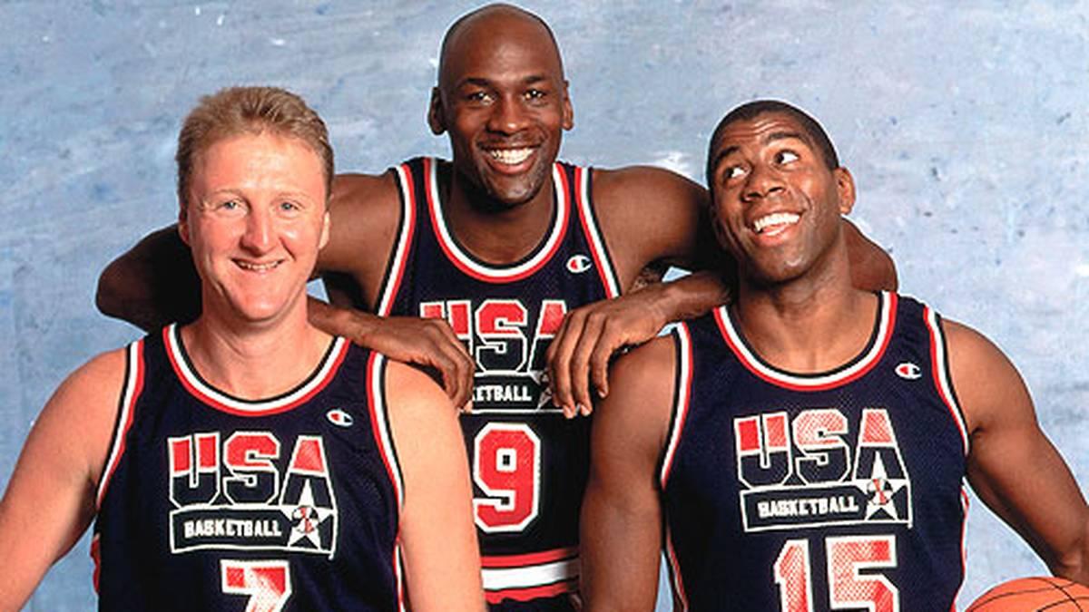 Spätestens 1992 erlangt der Superstar auch Weltruhm. In Barcelona nehmen erstmals die NBA-Stars an den Olympischen Spielen teil. Jordan überstrahlt nicht nur die Legenden Larry Bird und Magic Johnson.