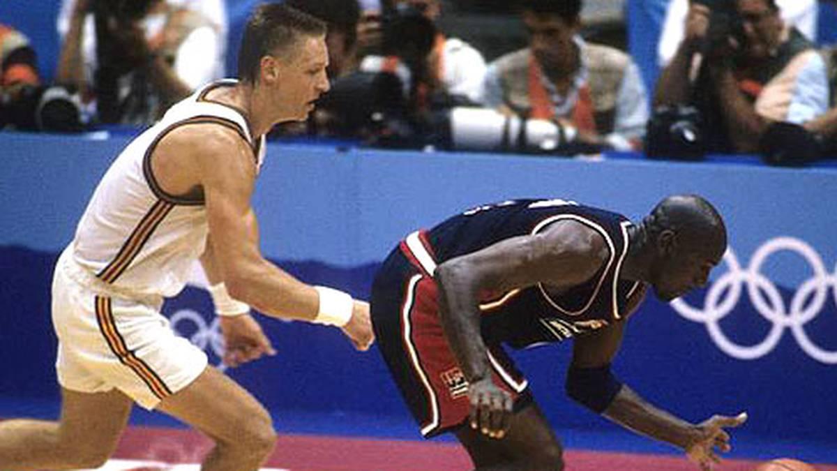 """Das Turnier macht ihn weltweit zur Ikone. Auch die deutsche Mannschaft um NBA-Profi Detlef Schrempf darf gegen das originale """"Dream Team"""" ran."""