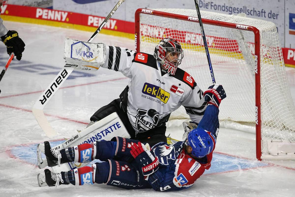 Die Krefeld Pinguine schnuppern gegen die Adler Mannheim Coup, verlieren mit Aushilfstrainer an der Bande aber nach Verlängerung doch. Immerhin gibt es den ersten Punkt der Saison eingefahren.