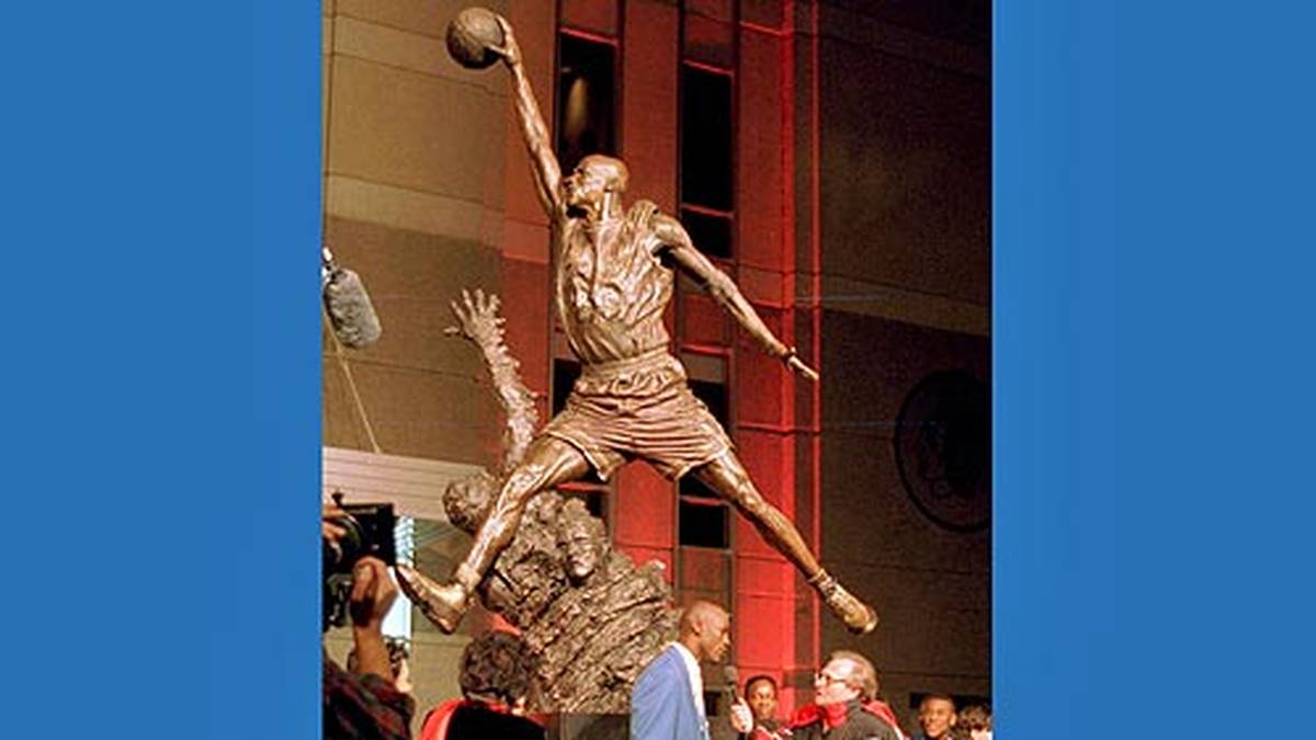 """... und die Statue """"The Spirit"""" vor dem United Center enthüllt wird. Die Sehnsucht nach dem größeren Ball wächst."""