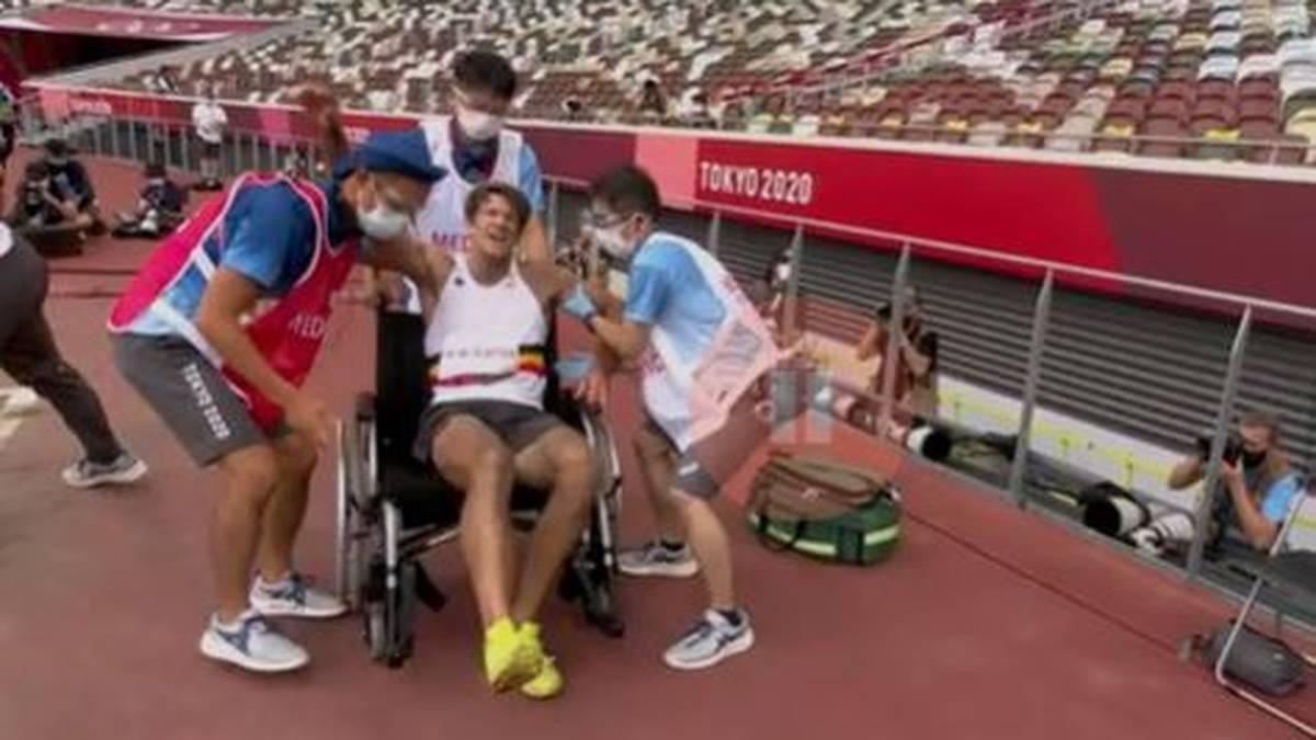 Thomas van der Plaetsen muss im Rollstuhl abtransportiert werden