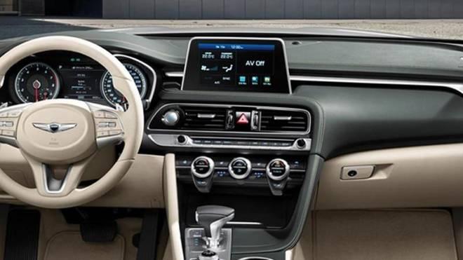 Im Innenraum bieten ein Head-Up-Display, klimatisierte Sitze und eine kabellose Ladeschale fürs Smartphone ihre Dienste an