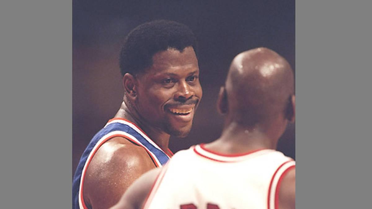 """Von da an leiden Patrick Ewing (l.) und die New York Knicks wieder unter ihrem Angstgegner. Besonders im """"Big Apple"""" läuft Jordan im Duell mit seinem Kumpel zur Höchstform auf. Ewing muss auch einen der legendärsten Dunkings einstecken."""