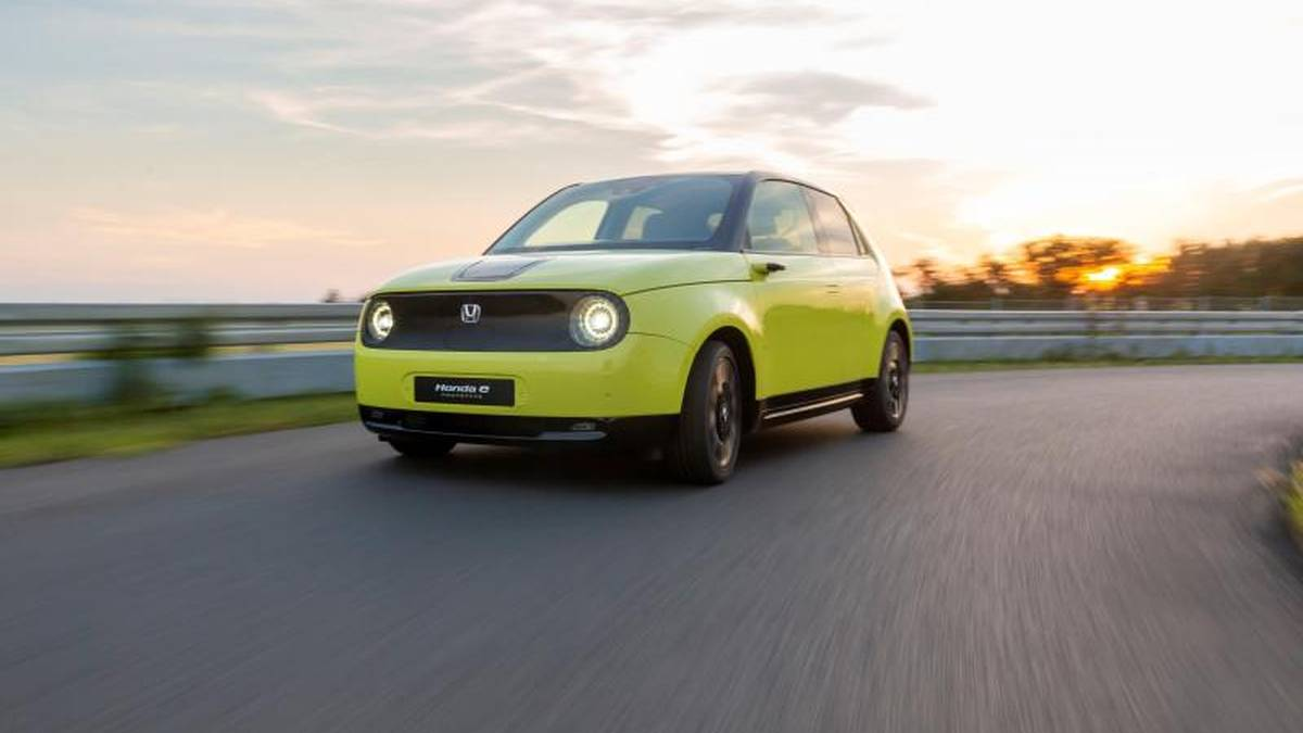 Der Honda E kommt zwar in Retro-Optik daher, ist mit seinem Elektromotor aber zugleich ein Sinnbild für den Aufbruch der Japaner in die Ära der E-Mobilität