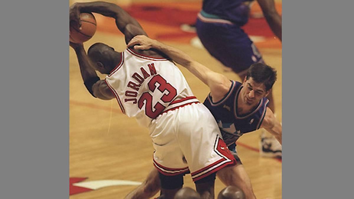 Die folgenden zwei Jahre prägen die Schlachten mit John Stockton (r.) und den Utah Jazz. Nach den 70 Siegen (NBA-Rekord) ein Jahr zuvor reicht es 1997 zu 69 Erfolgen und der Rückkehr in die NBA-Finals. Stockton und Karl Malone jagen immer noch ihrer ersten Meisterschaft nach.