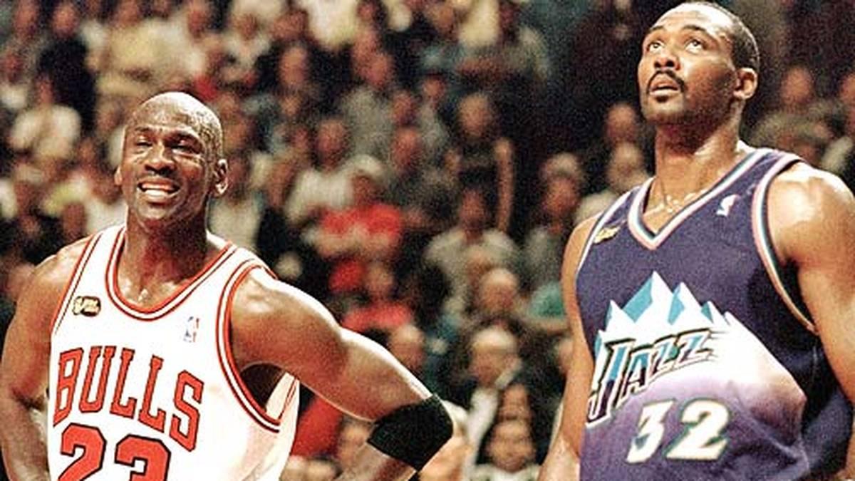 """In die Geschichtsbücher geht das sogenannte """"Flu Game"""" ein. Jordan erzielt trotz hohen Fiebers 38 Punkte - darunter den entscheidenden Dreier 25 Sekunden vor Schluss. Malone guckt nach dem 2:4 in der Serie wieder in die Röhre."""