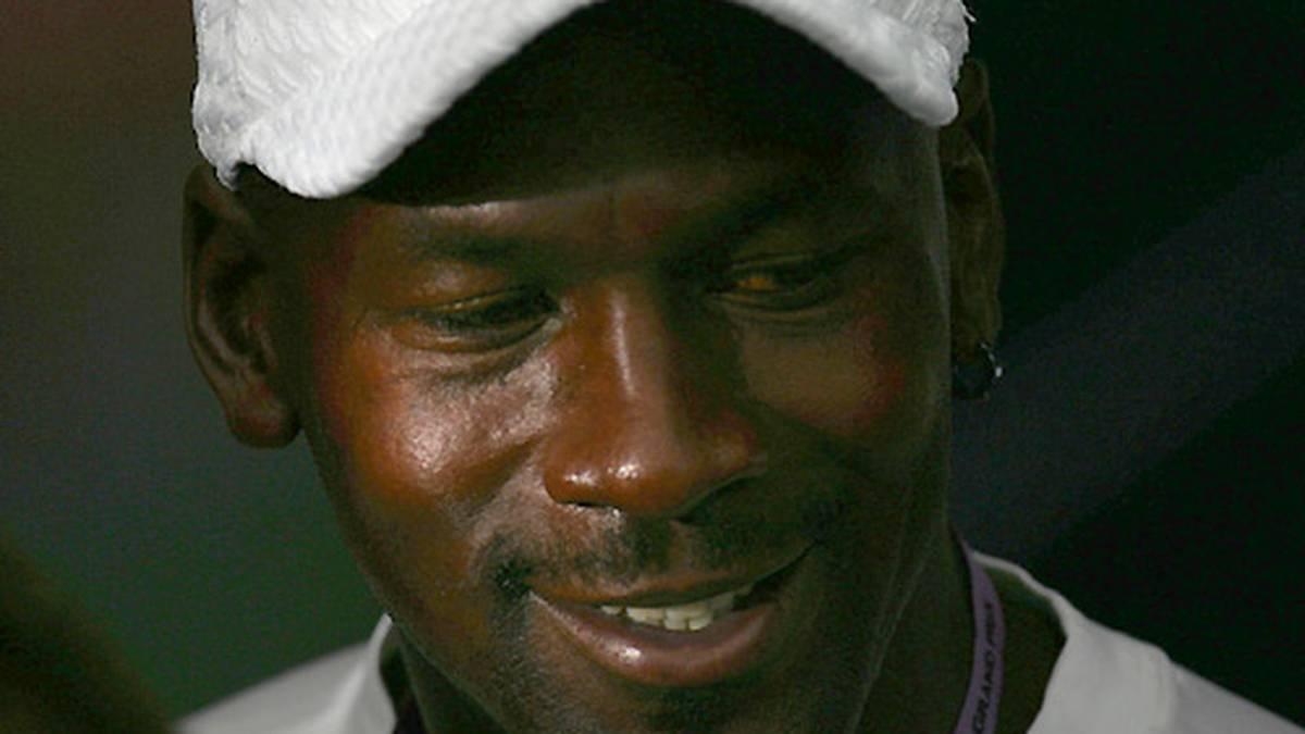 Auch wegen des Lockouts und der bevorstehenden Abgänge Pippens, Rodmans sowie Jacksons tritt Jordan am 13. Januar 1999 zum zweiten Mal zurück.