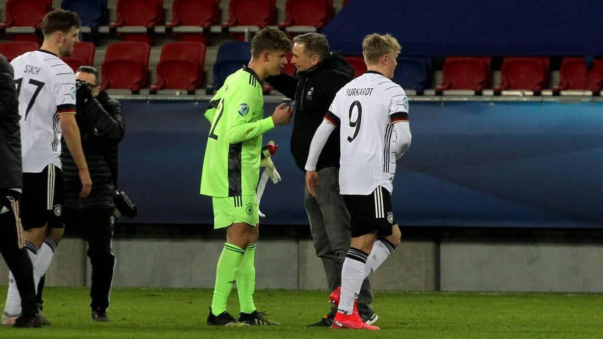 Bundestrainer Stefan Kuntz (r.) tröstete Finn Dahmen nach seinem Mega-Patzer