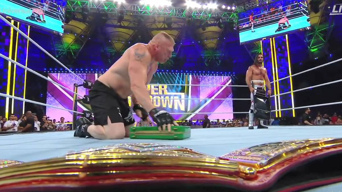 """Seth Rollins (r.) wehrte den drohenden """"Cash-In"""" von Brock Lesnar ab"""
