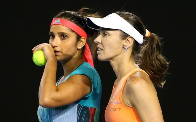 Martina Hingis (l.) hat mit ihrer Partnerin Sania Mirza den Doppel-Titel in Stuttgart verpasst